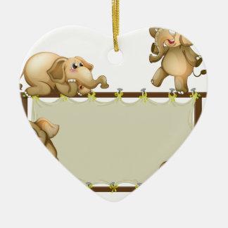 Elefante y marco adorno de cerámica en forma de corazón