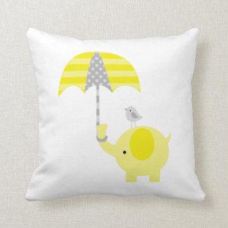 Elefante y pájaro amarillos y grises almohada