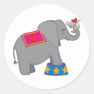 Elefante y ratón pegatina redonda