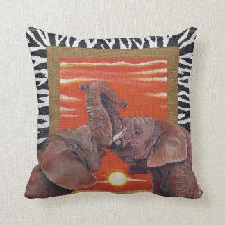 Elefantes africanos en puesta del sol del amor con cojin