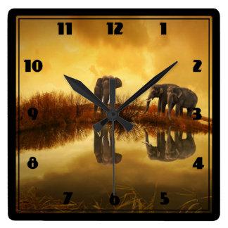 Elefantes asiáticos en Tailandia bajo puesta del Reloj Cuadrado
