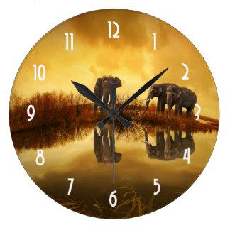 Elefantes asiáticos en Tailandia bajo puesta del Reloj Redondo Grande