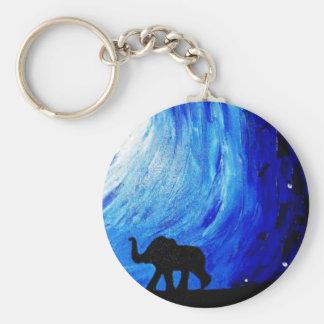 Elefantes bajo claro de luna (arte de K.Turnbull) Llavero Redondo Tipo Pin