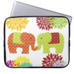 Elefantes bonitos en el amor que sostiene las flor funda portátil