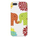 Elefantes bonitos en el amor que sostiene las flor iPhone 5 carcasa