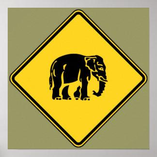 Elefantes de la precaución que cruzan el ⚠ póster