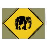 Elefantes de la precaución que cruzan el ⚠ felicitacion