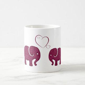 Elefantes de moda lindos en amor taza clásica