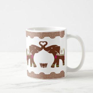 Elefantes dobles rosados del corazón taza clásica