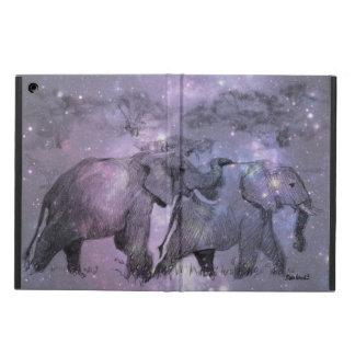 Elefantes en invierno que caminan en claro de luna