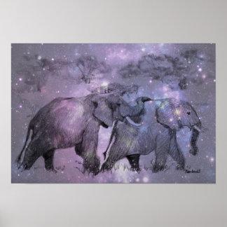 Elefantes en invierno que caminan en claro de luna póster