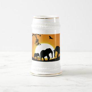 Elefantes en la puesta del sol jarra de cerveza