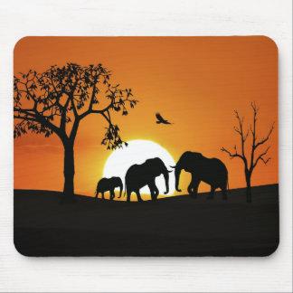 Elefantes en la puesta del sol tapete de ratones