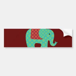 Elefantes étnicos con las flores en el rojo marrón etiqueta de parachoque