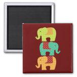 Elefantes étnicos con las flores en el rojo marrón iman