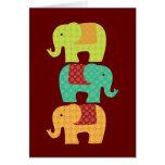 Elefantes étnicos con las flores en el rojo marrón felicitacion