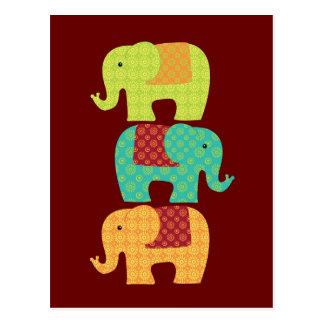 Elefantes étnicos con las flores en el rojo marrón tarjeta postal