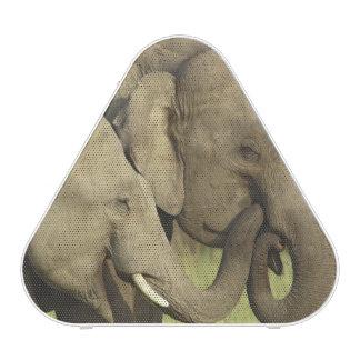 Elefantes indios/asiáticos que comparten a altavoz bluetooth
