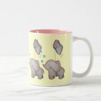 Elefantes lindos del bebé con la taza de café de l