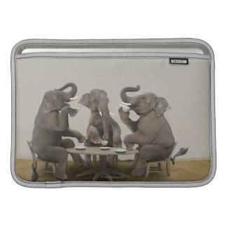 Elefantes que tienen la fiesta del té funda macbook air