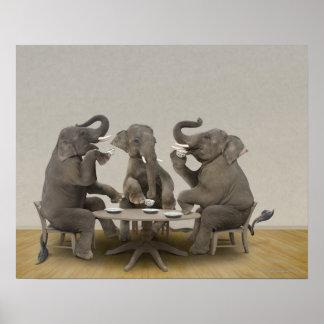 Elefantes que tienen la fiesta del té póster