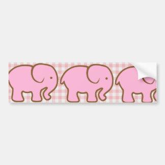 Elefantes rosados bonitos en modelo rosado de la t etiqueta de parachoque
