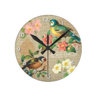 Elegancia lamentable rústica de los pájaros y de l reloj redondo mediano