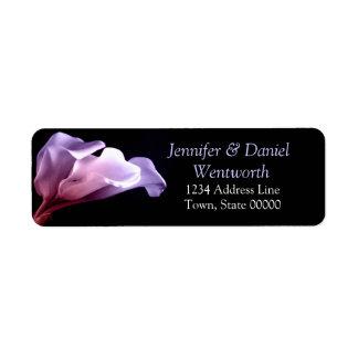 Elegante clásico floral de las calas púrpuras de etiquetas de remite