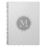 Elegante geometría de chevrón gris y monograma libro de apuntes con espiral