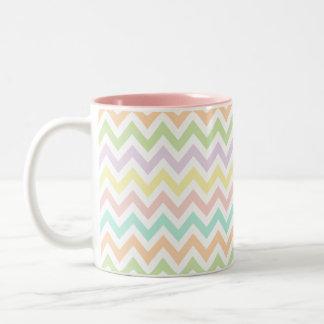 Elegante geometría de chevrón multicolor arco iris taza de café de dos colores