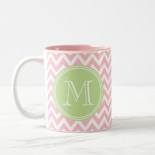 Elegante geometría de chevrón rosa y monograma tazas