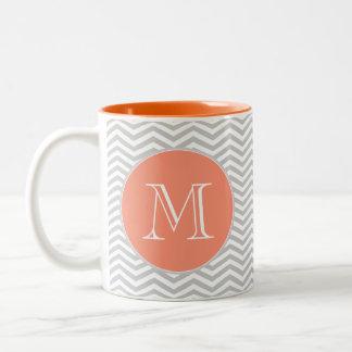Elegante geometría de chevrón y monograma taza de café de dos colores