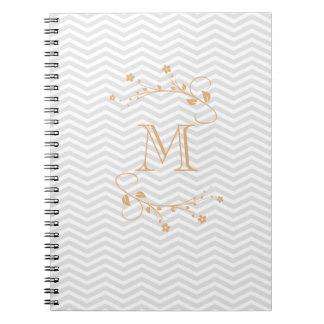 Elegante geometría de chevrón y monograma tostado libro de apuntes con espiral