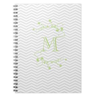 Elegante geometría de chevrón y monograma verde notebook