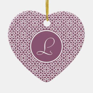 Elegante monograma de geometría púrpura adorno navideño de cerámica en forma de corazón