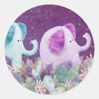 Elelphants que sostiene las colas - pegatinas pegatina redonda