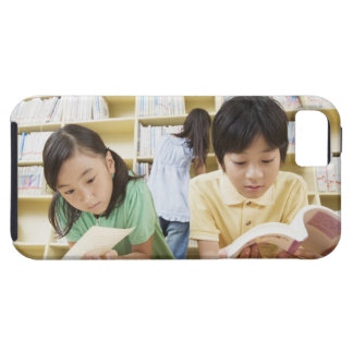 Elementary school students reading a book iPhone SE/5/5s case