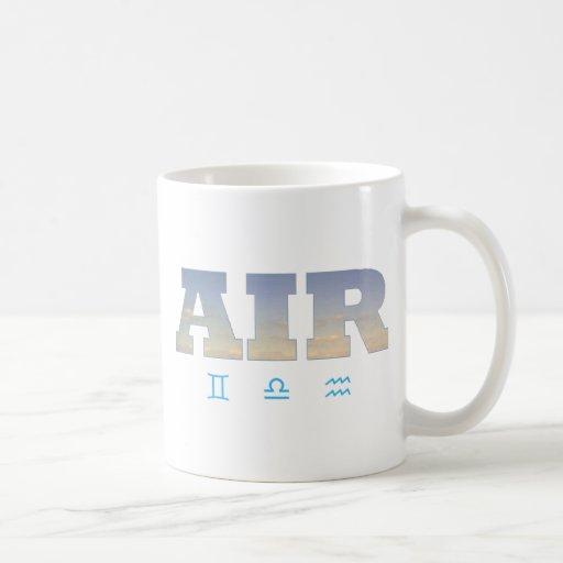 Elemento del aire con las muestras del zodiaco taza de café