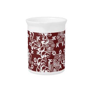 Elementos blancos en fondo marrón jarra para bebida