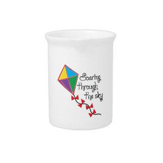 Elevación a través jarra de beber
