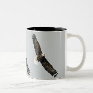 Elevación de Eagle calvo Taza De Dos Tonos