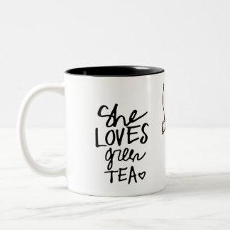 ella ama la taza del té verde