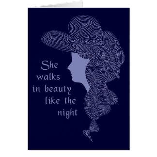 Ella camina en tarjeta de la belleza