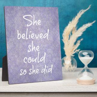 Ella creyó que ella podría así que ella citó placa de plastico