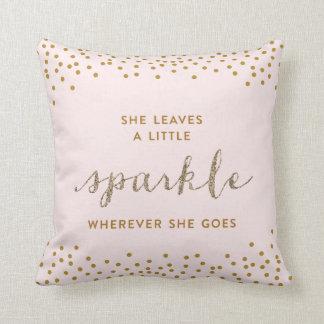 Ella deja una pequeña almohada de tiro de Sparkle™
