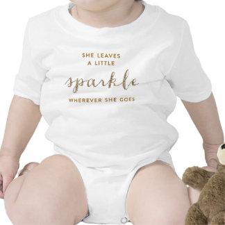 Ella deja una pequeña camisa del niño de Sparkle™