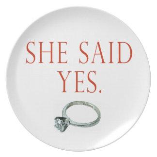 Ella dijo sí el compromiso del novio platos