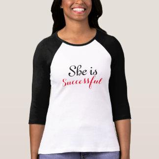 Ella es 3/4 camiseta de la manga de las mujeres remera