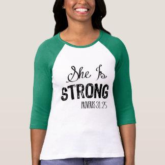 Ella es la camisa cristiana de motivación de las