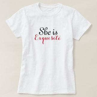 Ella es la camiseta básica de las mujeres remeras